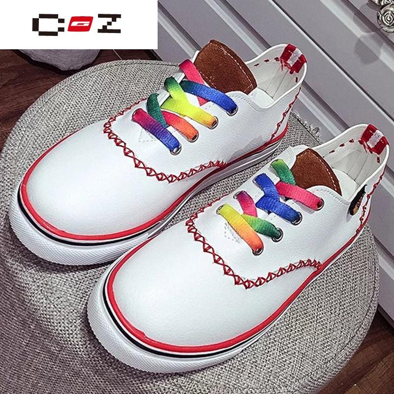 女运动鞋系鞋带的步骤 图片合集