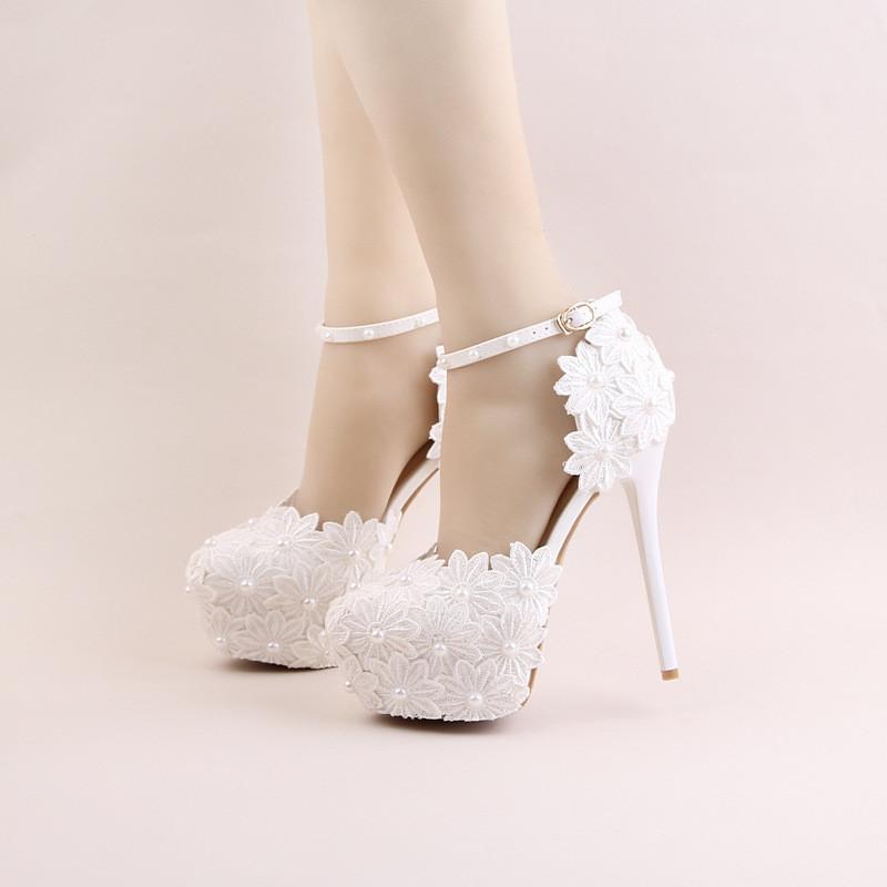 新娘鞋_红色蕾丝花朵高跟防水台新娘鞋白色珍珠圆头细跟婚鞋一字腕带凉鞋