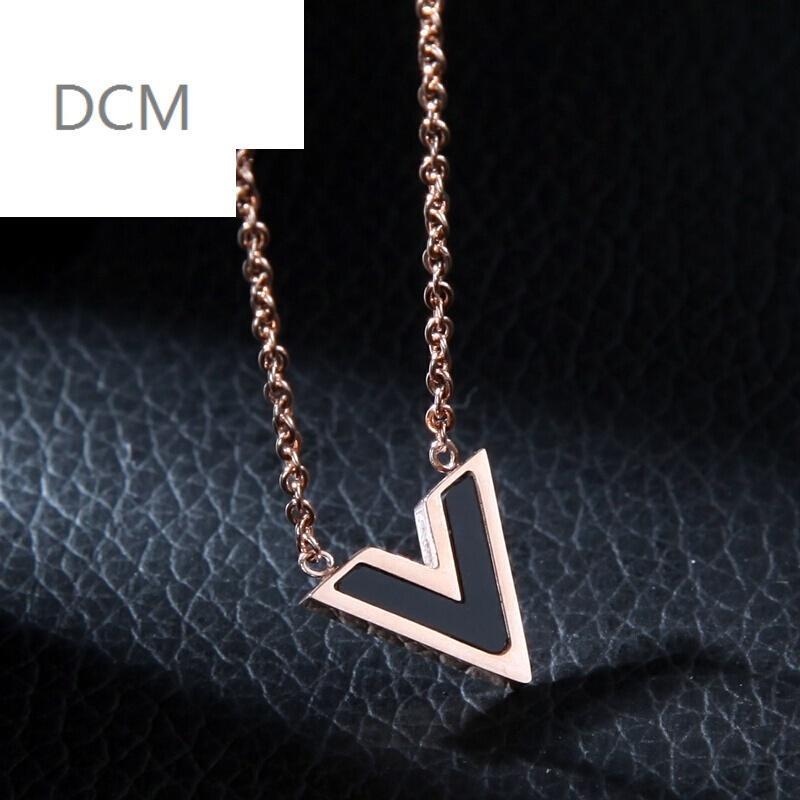 dcm2017新款创意时尚个性钛钢玫瑰金彩金项链v型锁骨链v形字母女款图片